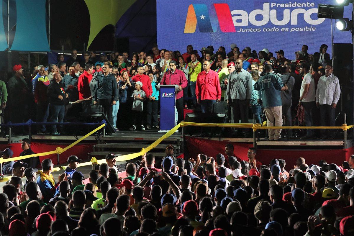 Nicolás Maduro celebra su reelección con centenares de simpatizantes. (Foto Prensa Libre: AFP)