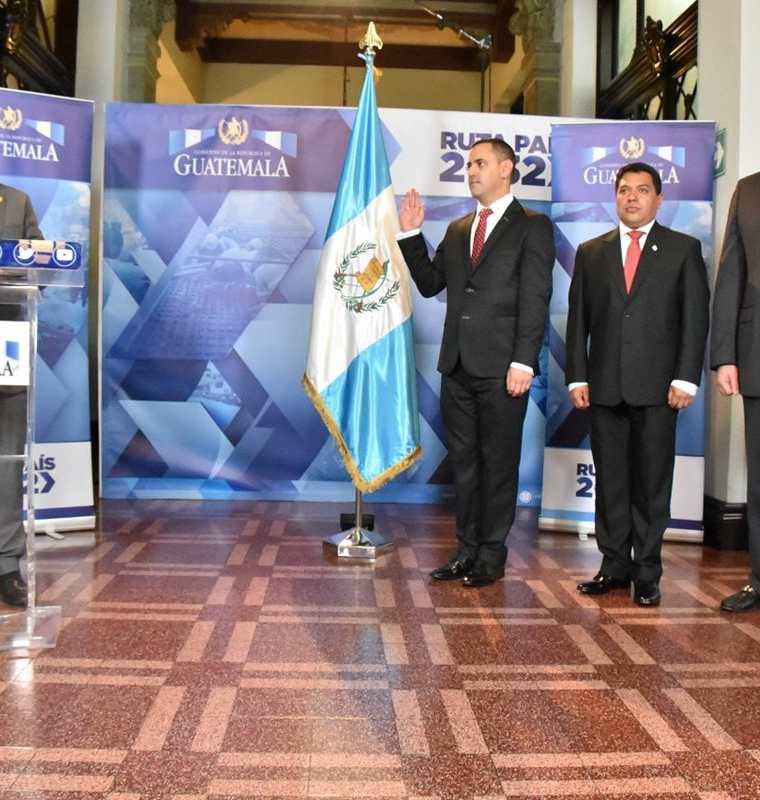 El Ejecutivo juramentó a los nuevos mandos en el Ministerio de Gobernación. (Foto Prensa Libre: Esbin García)