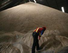 Las exportaciones de azúcar tuvieron una caída de 25% en octubre pasado y se han recibido US$182 millones menos en divisas con respecto al año pasado. El ingreso por exportaciones asciende a US$545 millones. (Foto Prensa Libre: Hemeroteca)