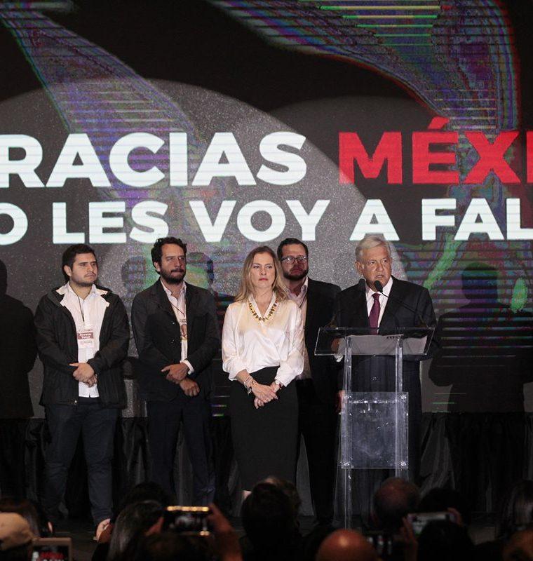 Andrés Manuel López Obrador (d) ofrece declaraciones acompañado de su esposa Beatriz Gutiérrez Müller (c) en el Hotel Hilton en Ciudad de México, México.(EFE).