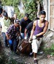 Forenses trasladan el cadáver de una de las víctimas de los hechos de violencia. (Foto Prensa Libre: EFE).