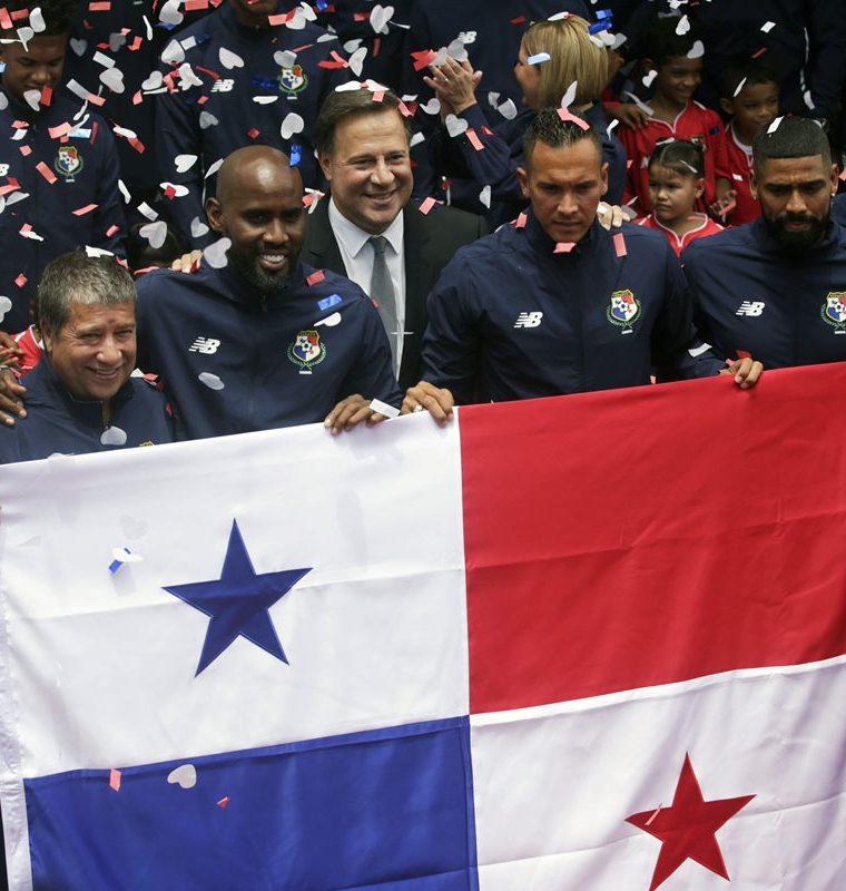 El presidente de Juan Carlos Varela con los jugadores de la Selección de Panamá. (Foto Prensa Libre: AFP)