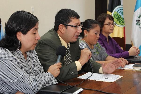 César Estrada, de la CPVIGMI,  informa acerca del incremento de la violencia contra la mujer en Alta Verapaz, en el 2011.