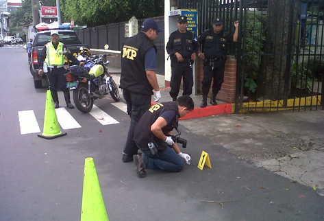 El MP recoge evidencias en el lugar del ataque. (Foto: Mynor Toc)