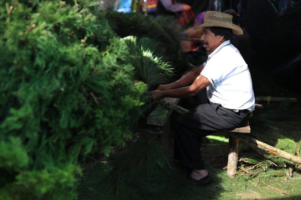 Artesano trabaja en uno de los árboles que se venden en el lugar.
