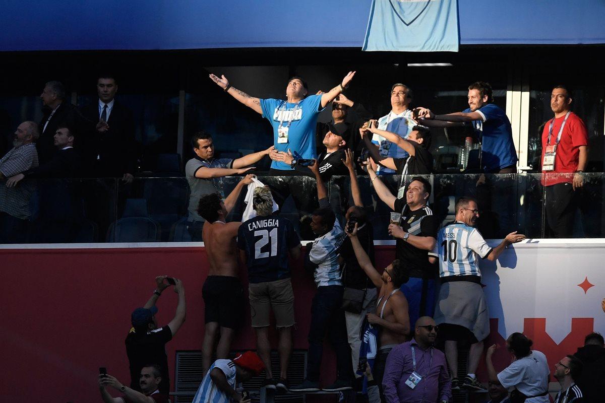 A pesar de sus polémicas, Diego Armando Maradona es muy querido y afamado por los aficionados de la albiceleste. (Foto Prensa Libre: AFP)