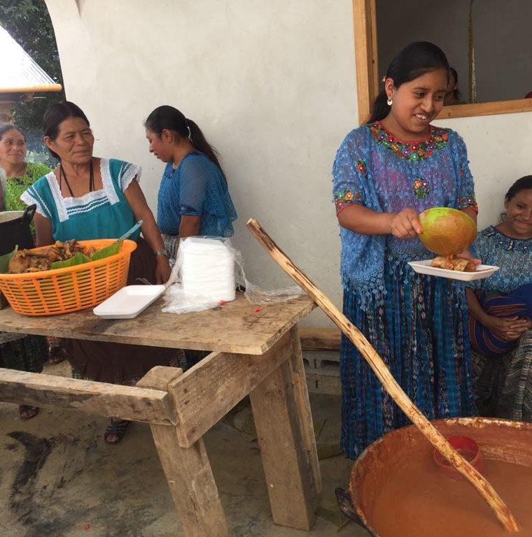 Pobladoras de San Pablo Xucaneb sirven el almuerzo con el que festejaron a Mario Pacay. (Foto Prensa Libre: Cortesía La Red)