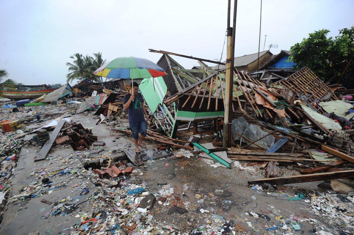 El tsunami que golpeó el litoral del estrecho de Sonda, en Indonesia, ha dejado más de 150 desaparecidos. (Foto Prensa Libre: AFP)