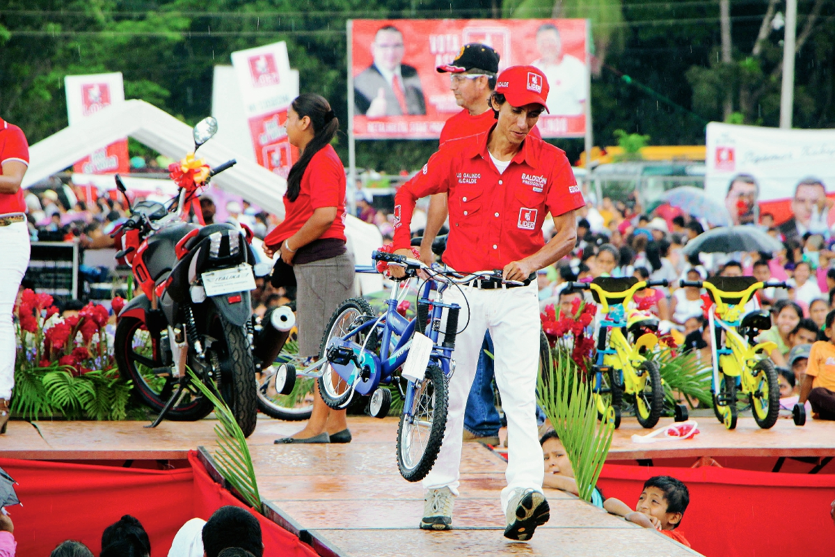 Partido Líder rifa bicicletas, motocicleta y regala víveres