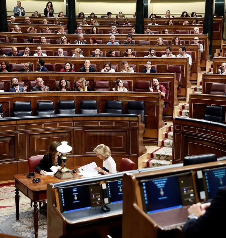 La bancada socialista celebra que el Congreso aprobara el decreto que permitirá exhumar los restos del dictador Francisco Franco. (Foto Prensa Libre: EFE)
