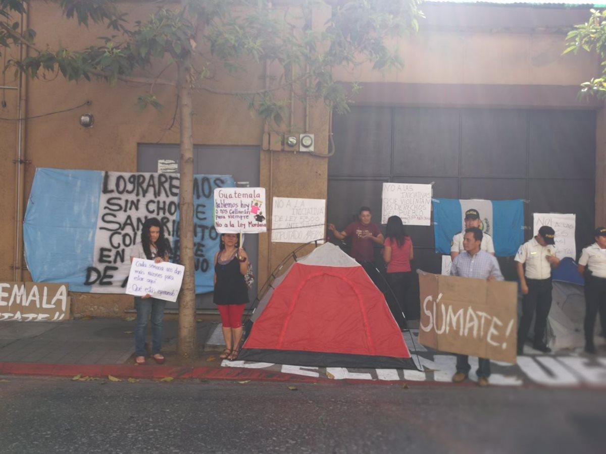 Nuevas personas se han sumado a las protestas contra la aprobación de reformas y nuevas leyes que castiguen las manifestaciones ciudadanas. (Foto Prensa Libre: Carlos Hernández)