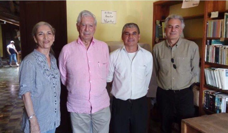 Vilma Sánchez, Mario Vargas Llosa, Jorge Pinto y Álvaro Vargas Llosa, en Zacapa (Foto Prensa Libre: Twitter / @EvelynMorataya).