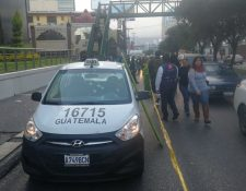Un ataque armado en el bulevar Los Próceres, zona 10 capitalina, le causó la muerte a un taxista. (Foto Prensa Libre: Érick Ávila)