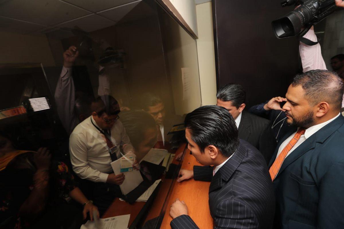 Abogados de Felipe Alejos, se presentan a la sala cuarta de apelaciones sin la presencia del diputado Felipe Alejos. (Foto Prensa Libre: Erick Avila)