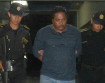Agentes de la PNC trasladan a un juzgado a un hombre capturado por el robo de un vehículo. (Foto Prensa Libre: PNC)