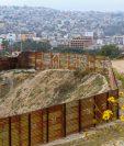 Un muro rodea la frontera entre México y EE. UU., para evitar el paso de migrantes indocumentados. (Foto Prensa Libre: Agencia AFP)