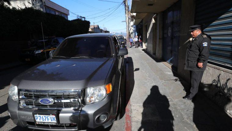 La fiscal Sonia Montes se conducía junto a su piloto cuando fueron atacados. (Foto Prensa Libre: Estuardo Paredes)