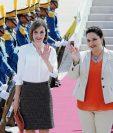 La Reina Letizia es recibida por la primera dama de Honduras, Ana Rosalinda García (d), a su llegada a Honduras. (Foto Prensa Libre:EFE)