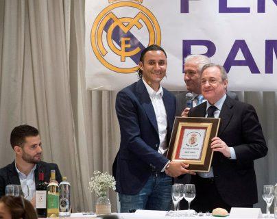 Keylor Navas junto al presidente del Real Madrid, Florentino Pérez en el acto en el que ha sido nombrado socio de honor de la Peña Ramón Mendoza en su trigésimo aniversario. (Foto Prensa Libre: EFE)