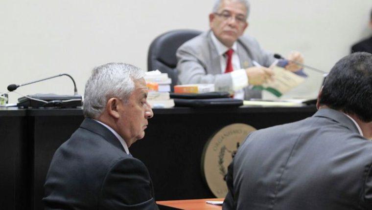 Otto pérez y su abogado César Calderón, ante el juez Miguel Ángel Gálvez, solicitan reforma de delitos. (Foto Prensa Libre: Carlos Hernández Ovalle)