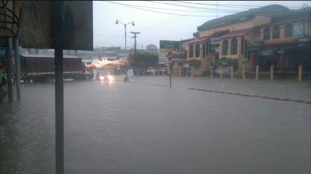 La calzada Chixtún, en Cobán, Alta Verapaz, quedó anegada por las condiciones del clima en las últimas horas. (Foto Prensa Libre: Eduardo Sam Chun)
