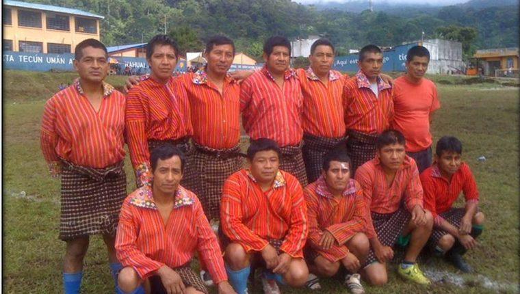 Integrantes del Deportivo Xejuyup, previo a un partido en la cancha de la aldea del mismo nombre, la cual utilizan para entrenar y jugar. (Foto Prensa Libre: Édgar Sáenz)