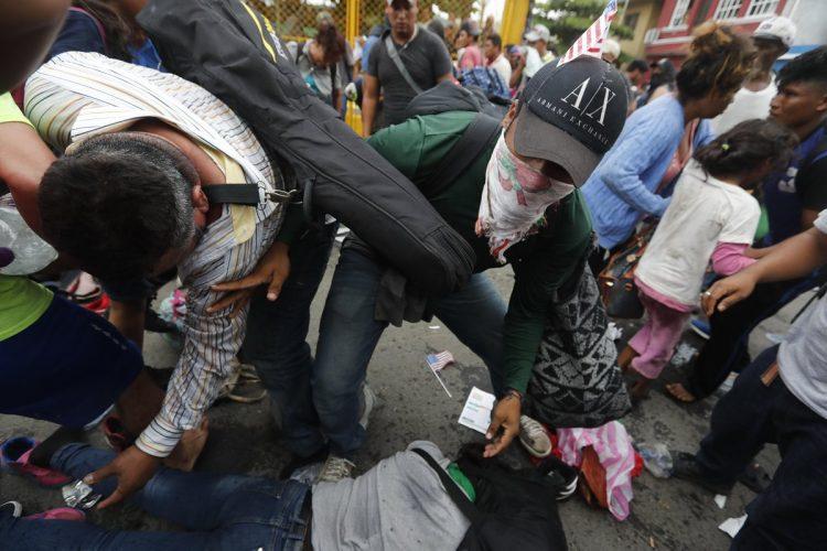 Durante el forcejeo varias personas resultaron heridas.