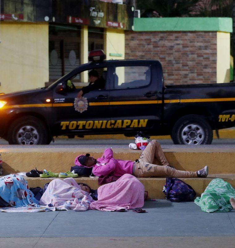 Cientos de migrantes amanecieron este sábado en Tecún Umán. (Foto Prensa Libre: EFE)