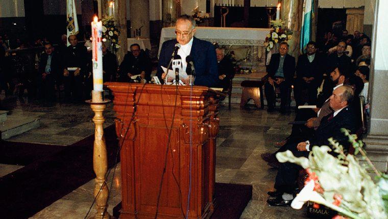 Monseñor Juan Gerardi el 24 de abril de 1998 entrega el proyecto Remhi en la Catedral. Foto: Hemeroteca PL