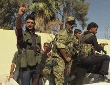 Rebeldes sirios celebran la toma de la ciudad de Dabiq que estaba en poder del Estado Islámico. (Foto Prensa Libre: AFP)