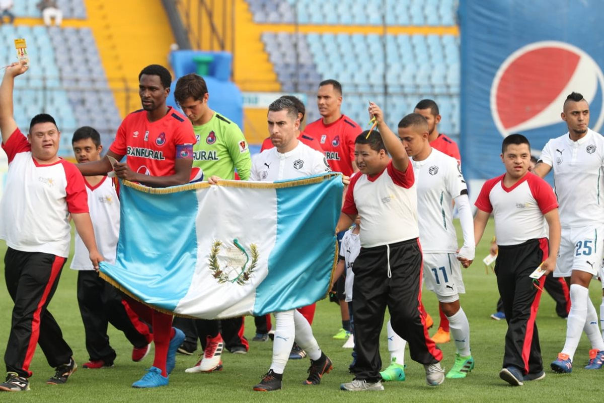Los jugadores de Municipal y Comunicaciones se unieron para manifestar su descontento por la suspensión de la Fedefut. (Foto Francisco Sánchez)