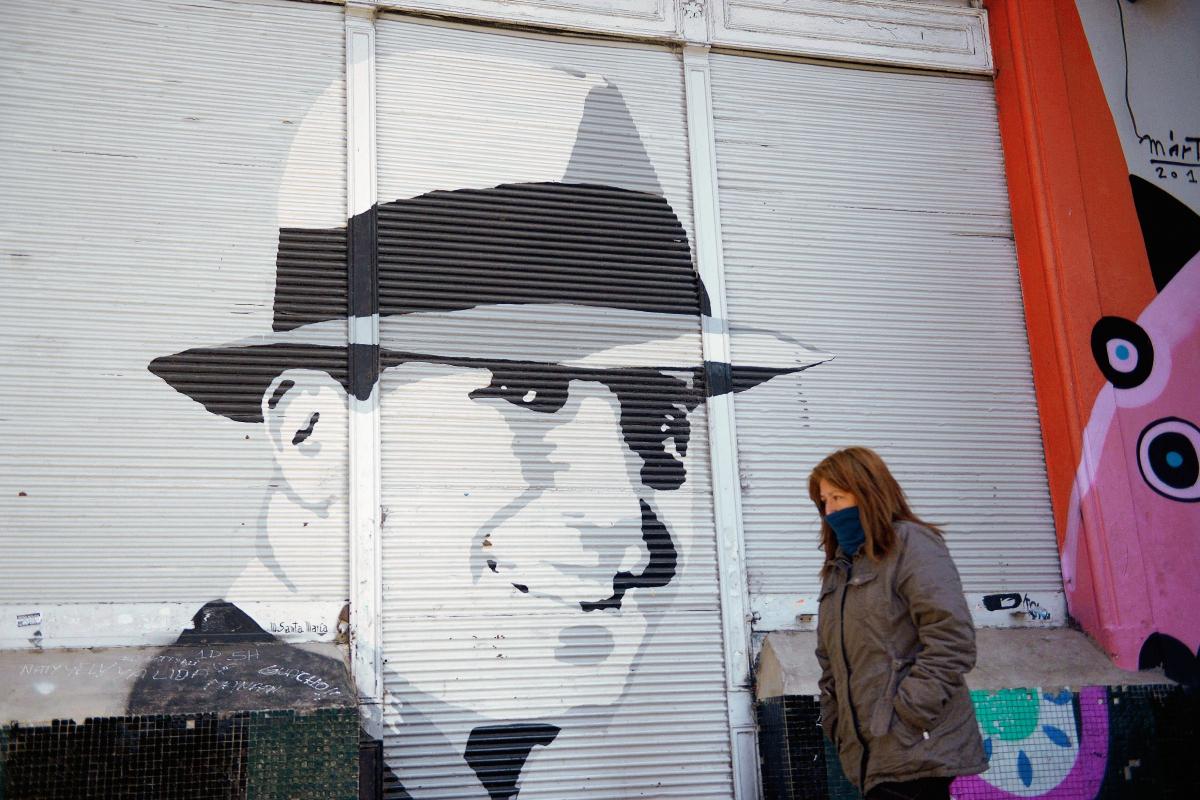 Retrato del cantante y compositor, en el barrio de Abasto, Buenos Aires (Foto Prensa Libre: AFP).