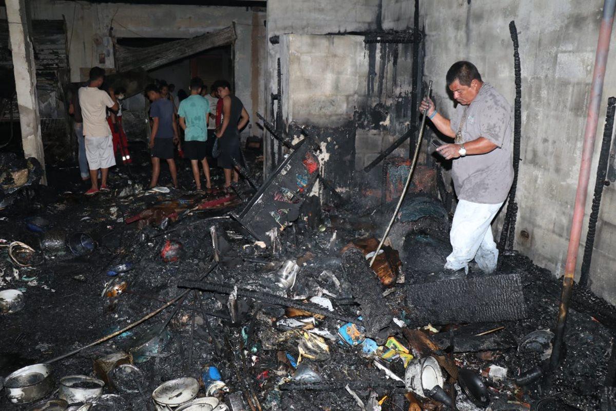 Uno de los locales comerciales del mercado cantonal de Santo Tomás de Castilla, Puerto Barrios, Izabal, que quedó reducido a cenizas. (Foto Prensa Libre: Dony Stewart)