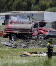 Los oficiales de policía hacen guardia en la escena de explosiones en depósitos de fuegos artificiales en Tultepec, México. (Foto Prensa Libre:AFP)