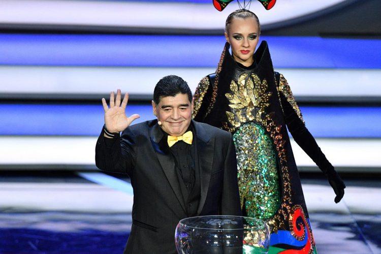 Diego Maradona representó a Argentina en la ceremonia en el Palacio Kremlin. (Foto Prensa Libre: AFP).