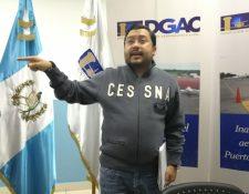 El director general de Aeronáutica Civil, Carlos Velásquez, explica las sospechas por la desaparición de la avioneta. (Foto Prensa Libre: Álvaro Interiano)