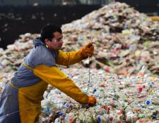 Un empleado trabaja con PET usadas (tereftalato de polietileno), en una planta de reciclaje en las afueras de Toluca, Estado de México. (Foto Prensa Libre: AFP)
