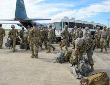 Militares llegan al aeropuerto internacional Valley, en Harlingen, Texas, EE. UU. (Foto Prensa Libre: EFE)