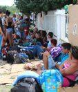 Cientos de cubanos están varados en la frontera entre Panamá y Costa Rica. (Foto Prensa Libre: EFE)