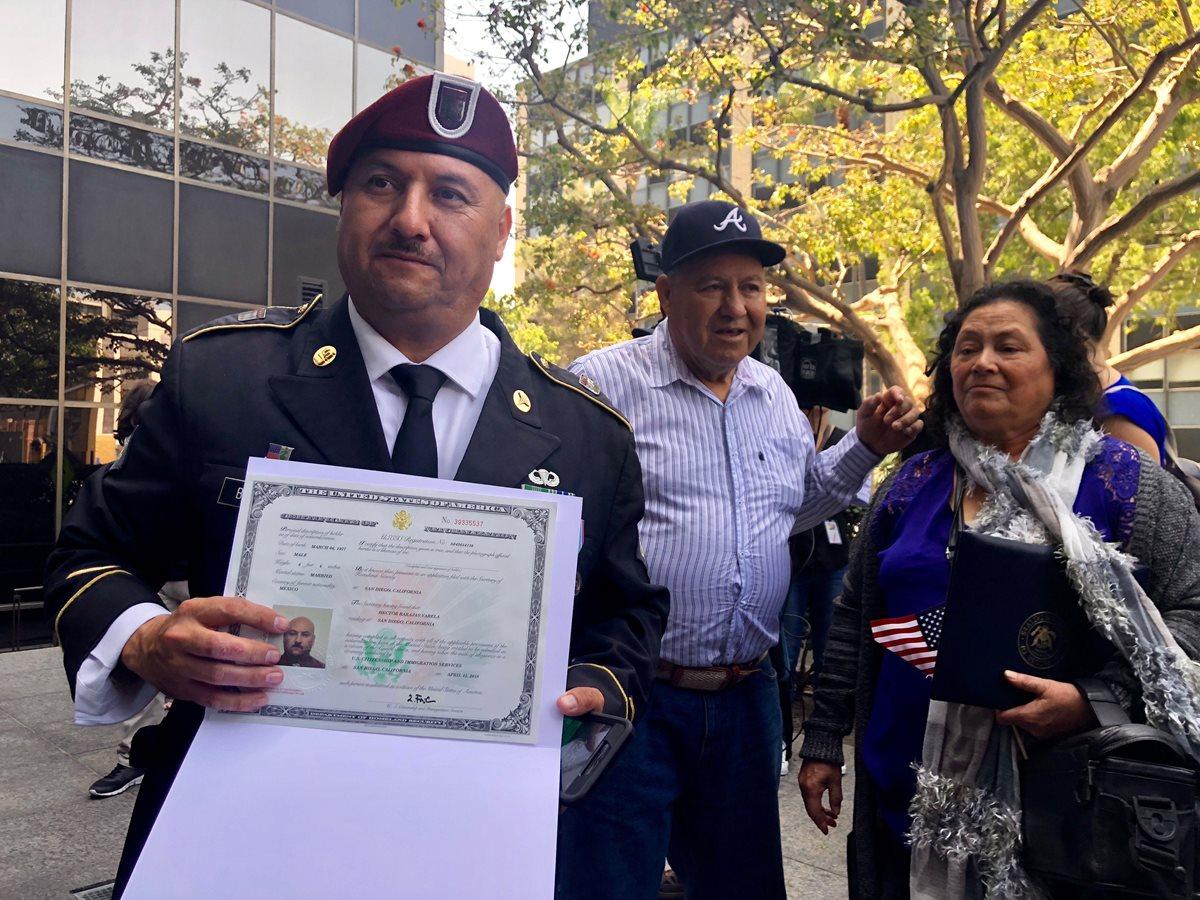 Veterano deportado a México regresa ocho años después a EE. UU. y es primero en naturalizarse