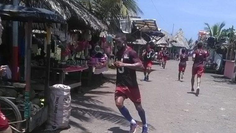 Bajo el intenso calor de la playa de Champerico los jugadores de Malacateco se ejercitaron de cara al Apertura 2018. (Foto Prensa Libre: Cortesía Deportivo Malacateco)
