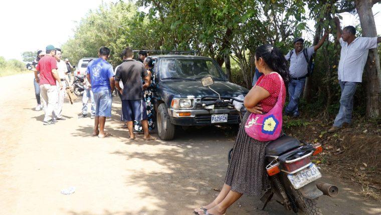 Vecinos intentaron brindarle primeros auxilios a la menor, pero falleció instantáneamente. (Foto Prensa Libre: Rolando Miranda)