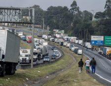 Varios camioneros permanecen parados desde el pasado lunes en la carretera Régis Bittencourt, a una distancia aproximada de 30 kilómetros de Sao Paulo hoy, sábado 26 de mayo de 2018, en la ciudad de Embu, estado de Sao Paulo (Brasil).