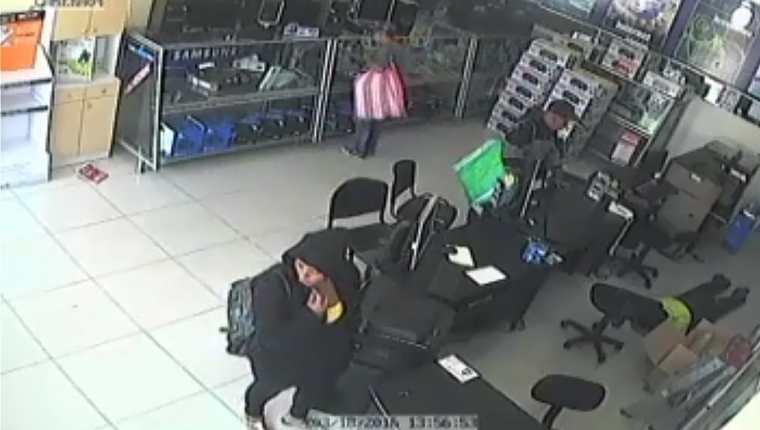 Cámara capta el robo en una venta de computadoras, en la zona 7 de Xela. Empleado permanece boca abajo, en el piso. (Foto Prensa Libre: Hemeroteca PL)