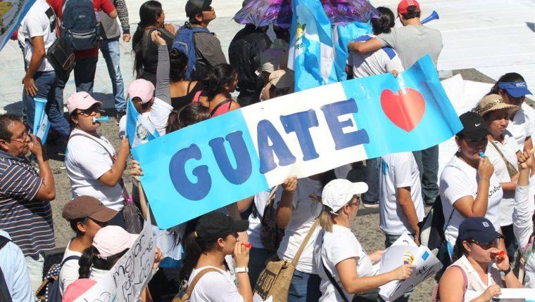 Niños, jóvenes y adultos han llegado a la Plaza de la Constitución para manifestar su rechazo a la corrupción e impunidad. (Foto Prensa Libre: Érick Ávila)