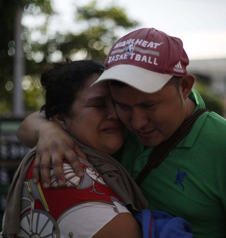 Familiares se despiden antes de emprender el viaje hacia Guatemala, México y Estados Unidos. (Foto Prensa Libre: EFE)