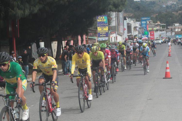 La caravana en el circuito de 143.5 kilómetros de la sexta etapa. (Foto Prensa Libre: Norvin Mendoza).