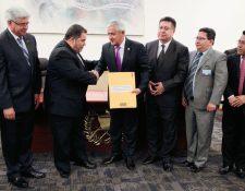 Carlos Alvarado,  rector de la Universidad de San Carlos, entrega el expediente al presidente Otto Pérez Molina. (Foto Prensa Libre: Paulo Raquec)