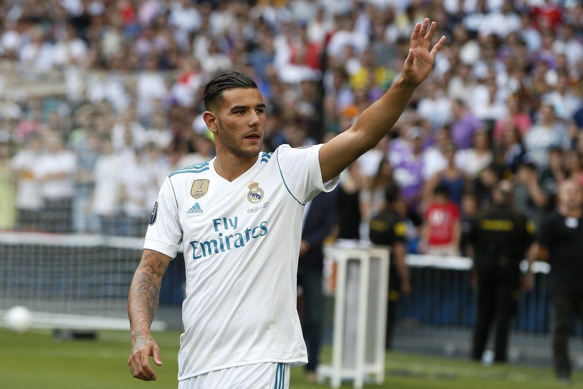 Theo Hernández saluda a la afición del Real Madrid que acució a su presentación. (Foto Prensa Libre: EFE)