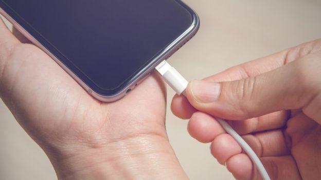 Los expertos aseguran que tu celular debería estar siempre por encima del 50% de la carga para asegurar un buen rendimiento. OATAWA